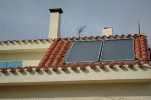 Panneaux solaires thermiques sur le toit.