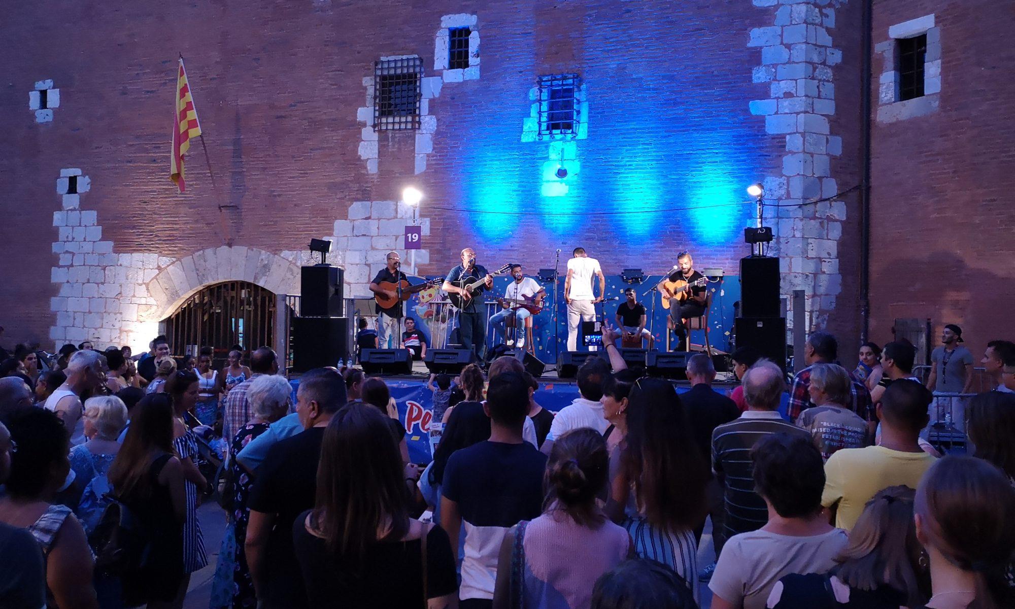 groupe de musiciens devant le Castillet à Perpignan