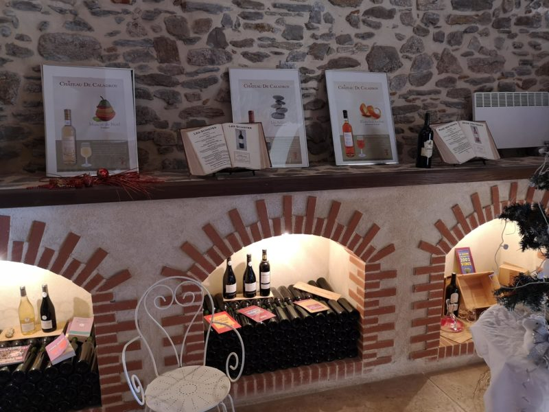 Exposition de bouteilles de vin.